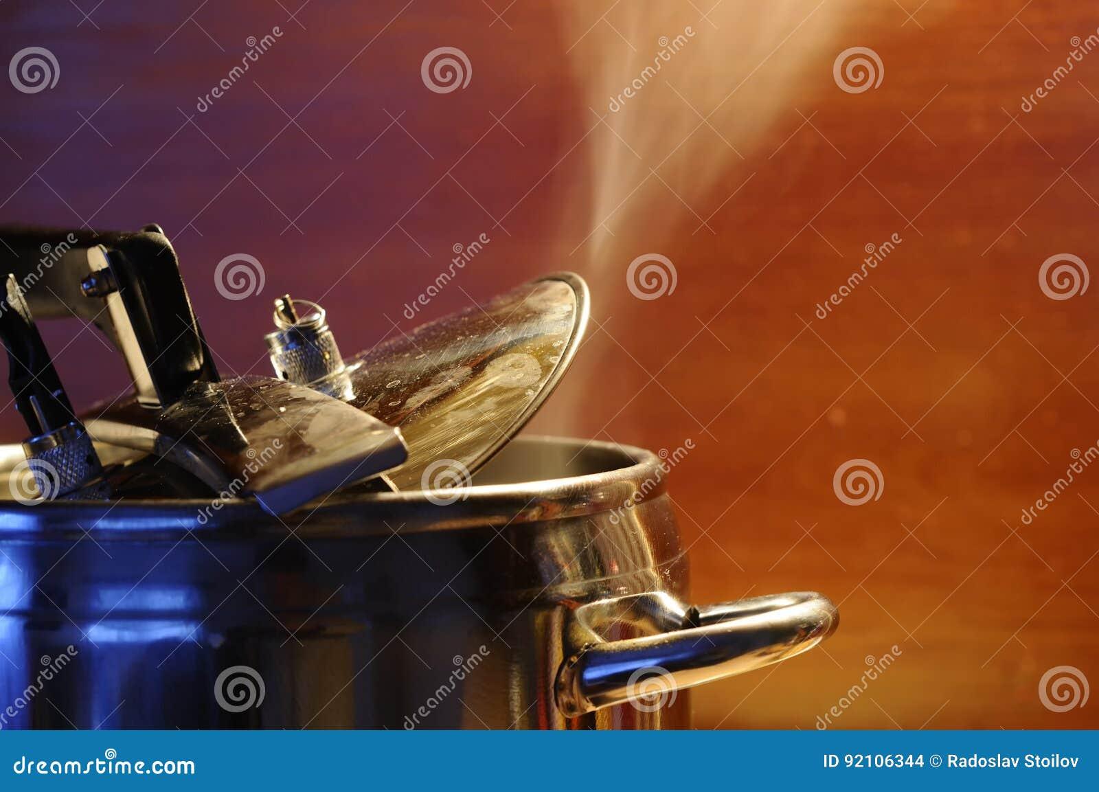 Испаритесь избегать от крышки герметической электрической кастрюли с отражением современной кухни
