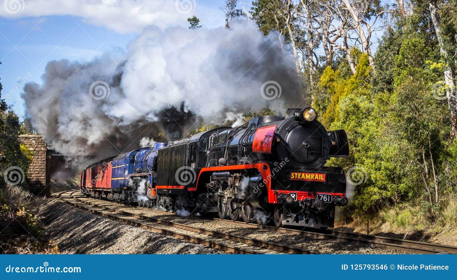 Испаритесь поезд путешествуя через Macedon, Викторию, Австралию, сентябрь 2018
