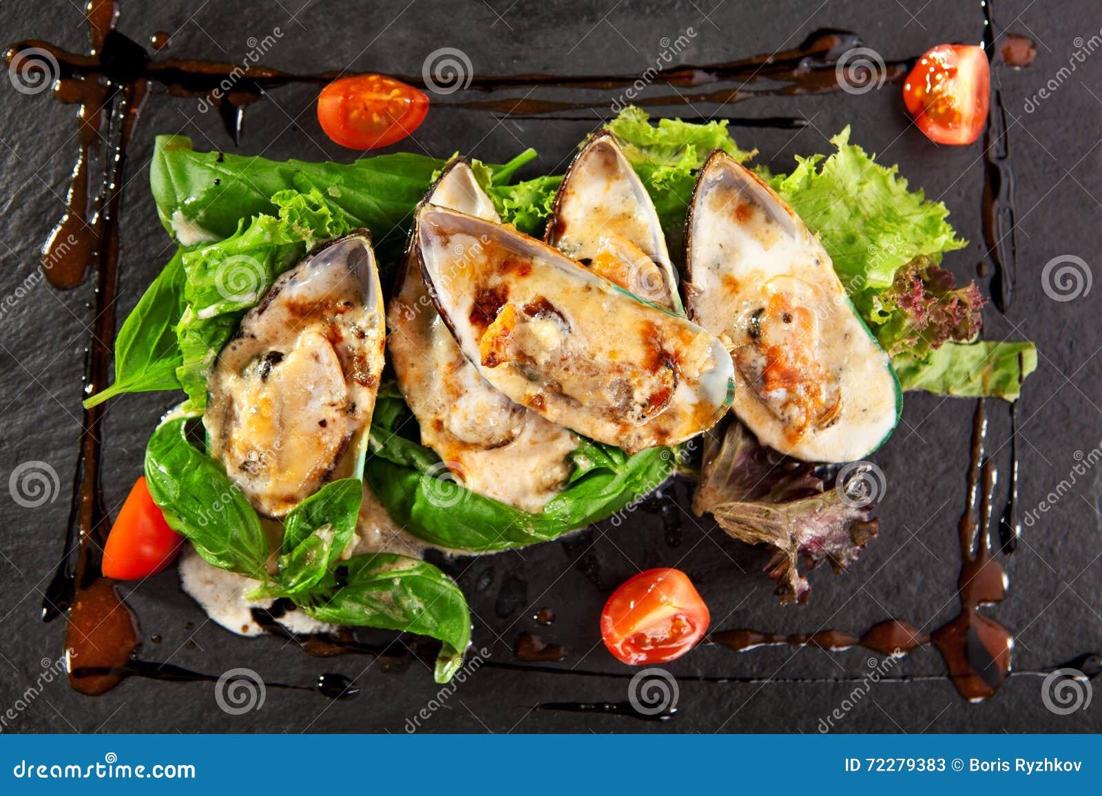 Download Испеченная мидия с пряным соусом Стоковое Изображение - изображение насчитывающей ресторан, травы: 72279383