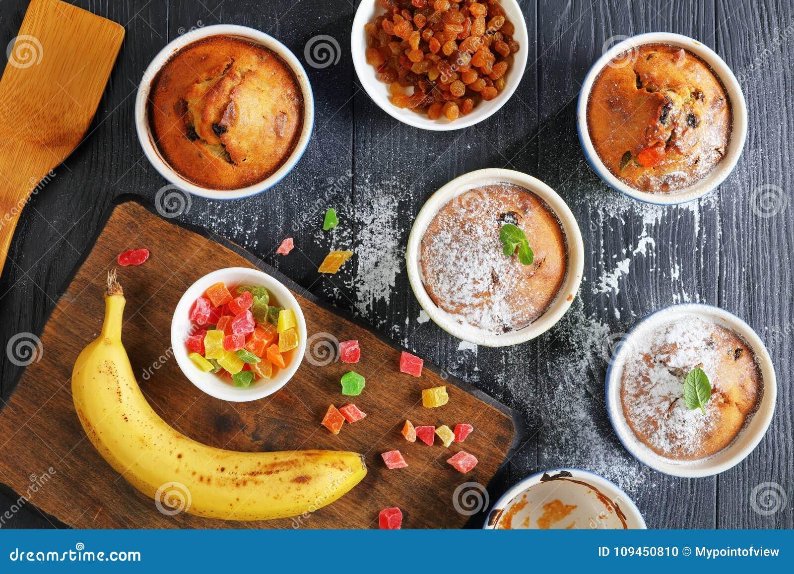 Испеченные домодельные булочки изюминки гайки банана
