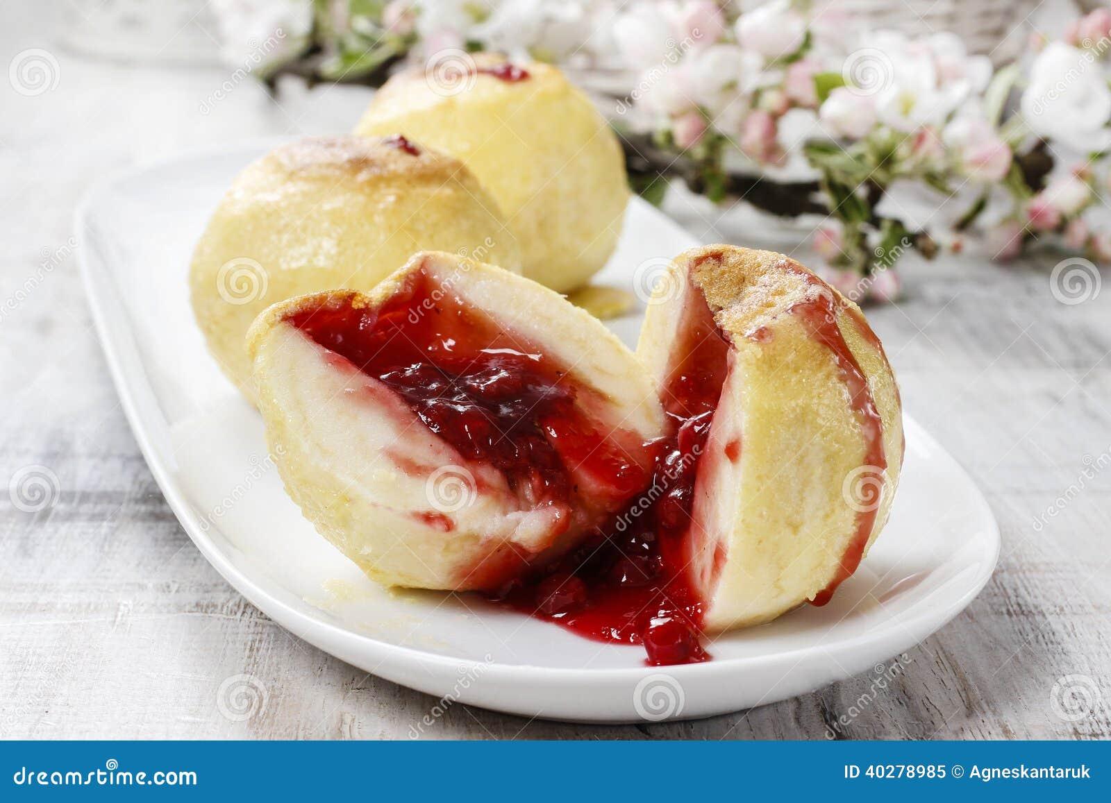 Испеченные яблоки заполненные с вареньем голубики