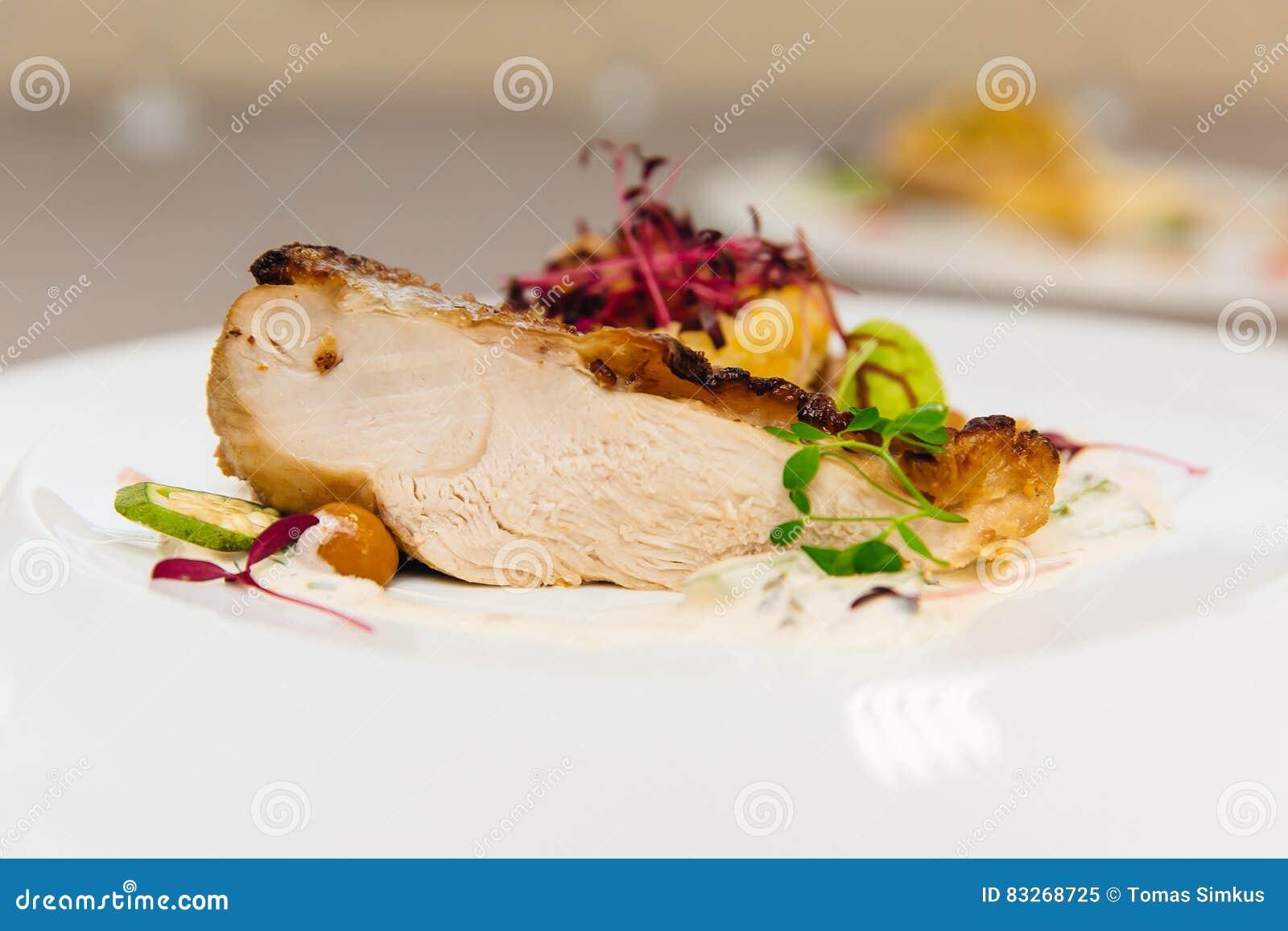 Испеченный цыпленок с золотой коркой с овощами на красивой предпосылке