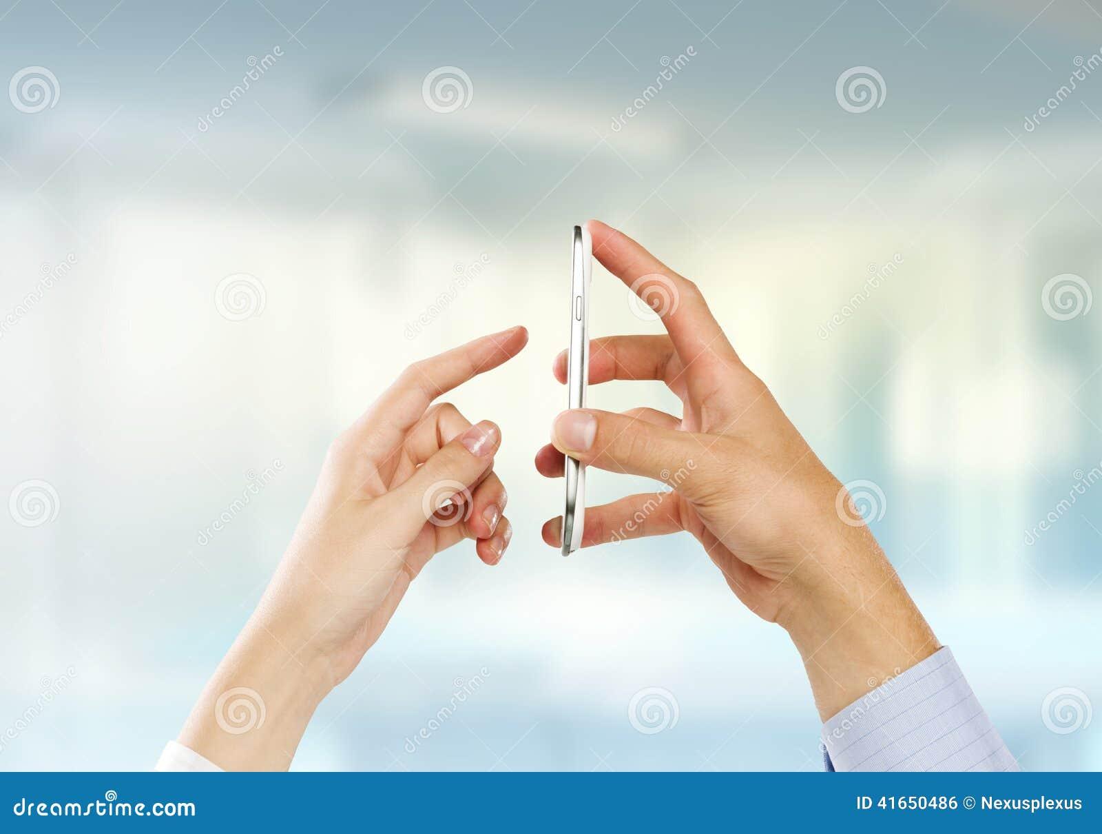 Используя мобильный телефон