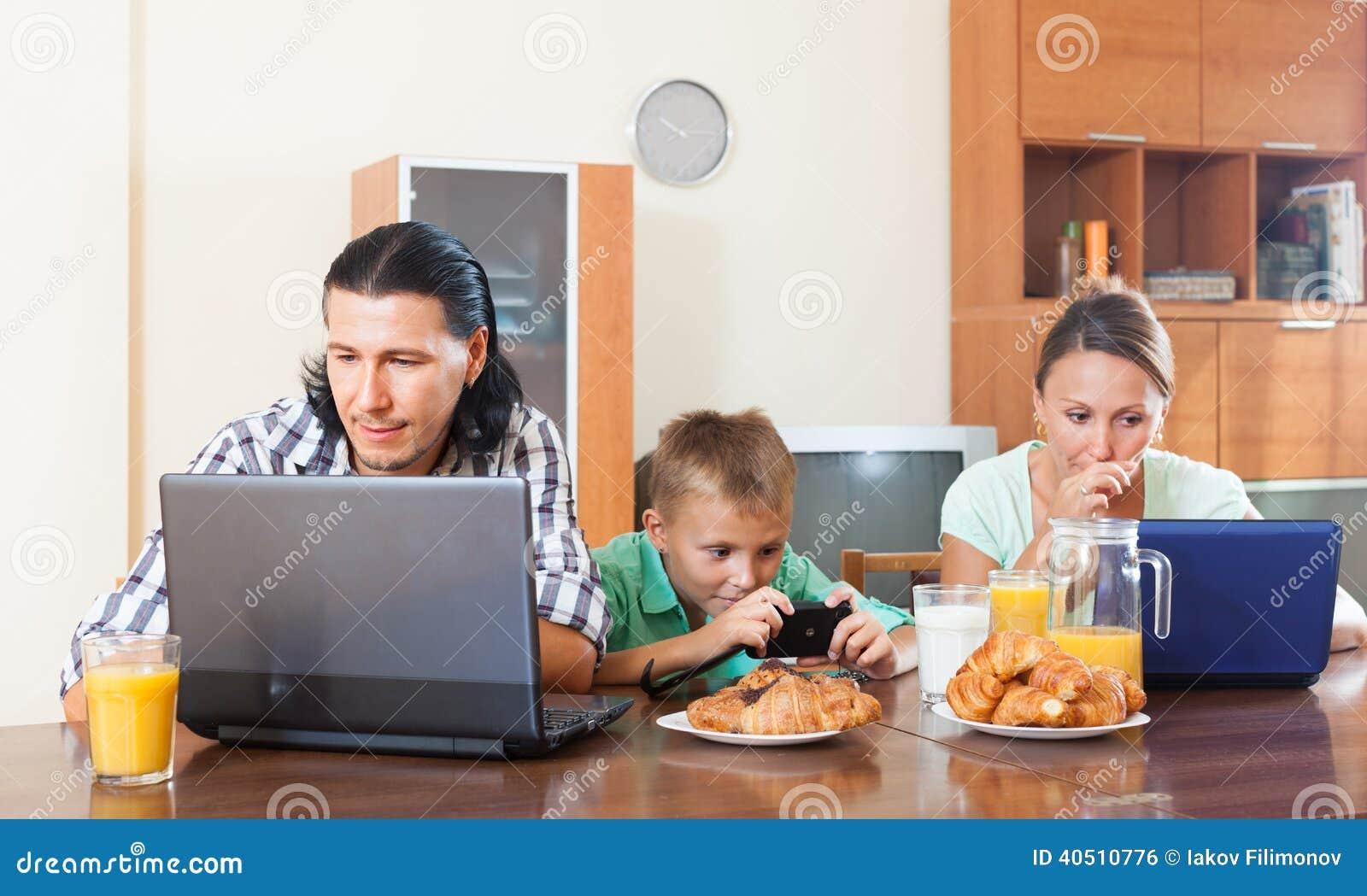 Используя приборы во время завтрака