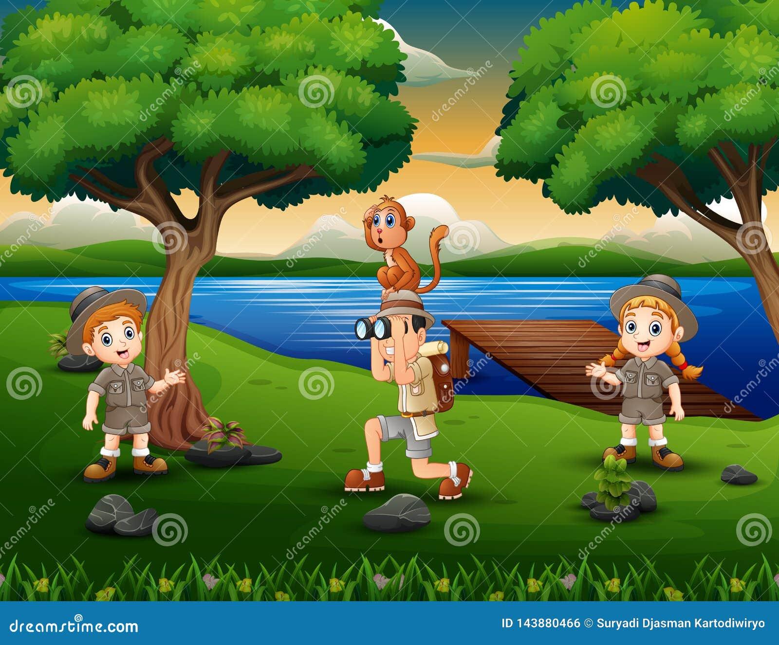 Исследователь детей дерева в береге реки