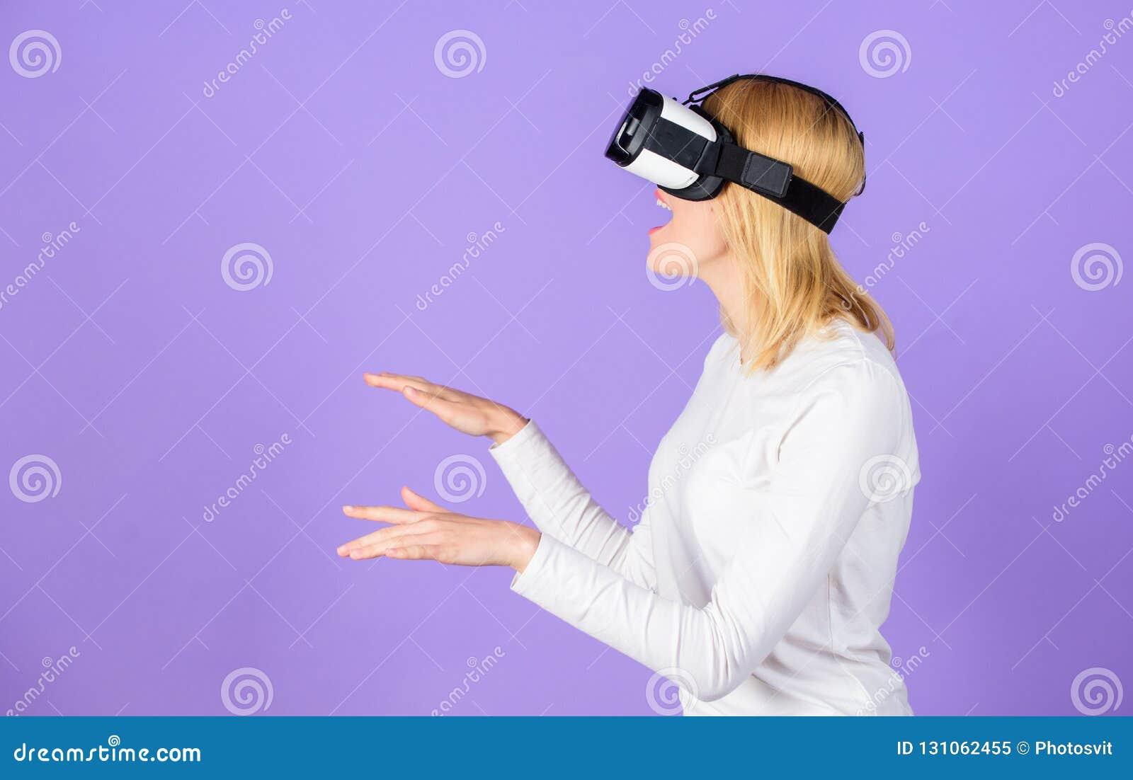 Исследуйте виртуальную реальность Прибор цифров и современные возможности Предпосылка фиолета головного установленного дисплея же