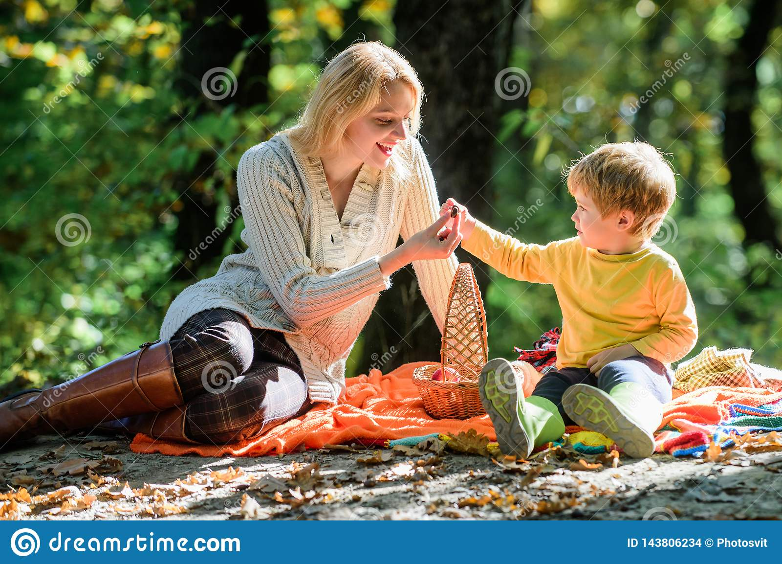 Исследуйте природу совместно Мальчик мамы и ребенк ослабляя пока пеший туризм в пикнике семьи леса Женщина матери милая и немного