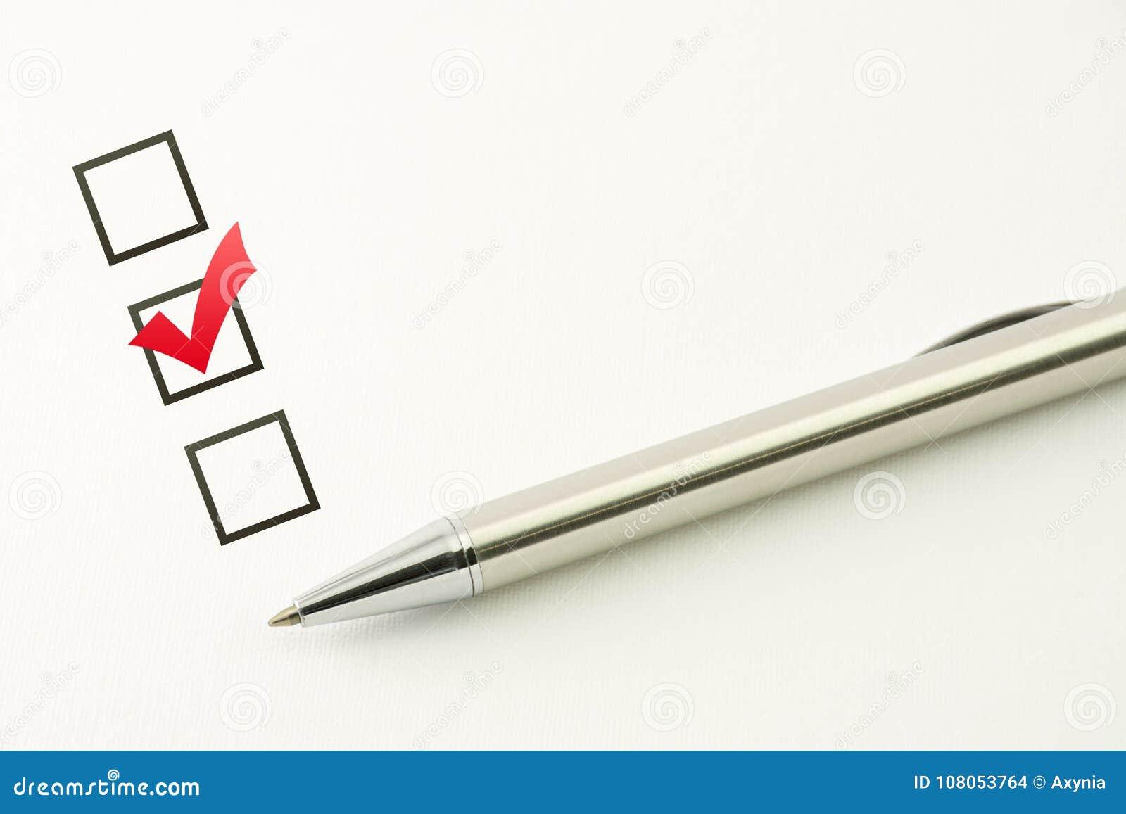 Исследуйте шаблона, выбора вопросника, маркированного флажка с ручкой на бумажной предпосылке