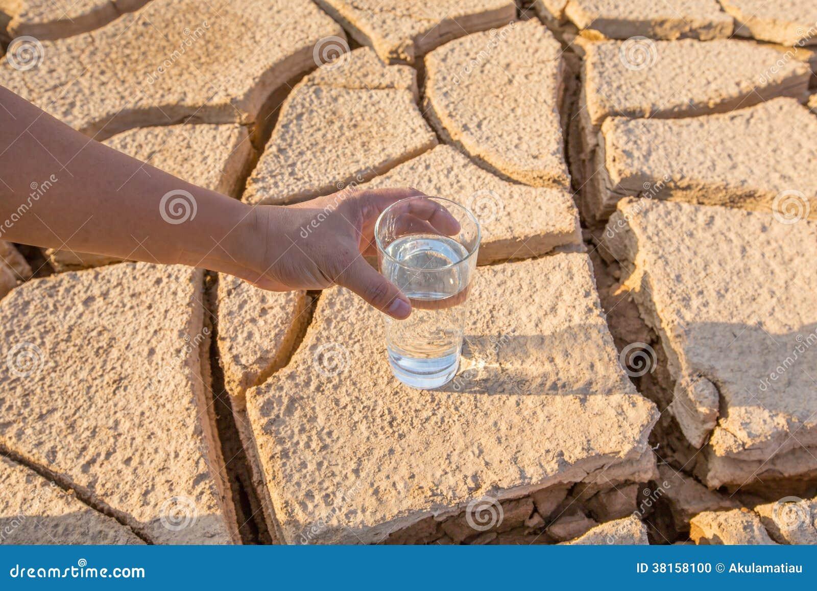 Иссушанные почва и вода i
