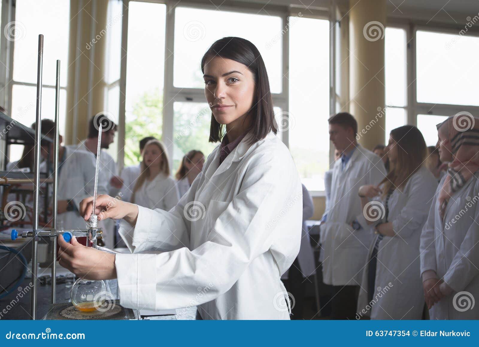 Исследователь молодого разработчика медицины фармацевтический Профессор chemistUniversity гения женщины intern Превращаясь новая