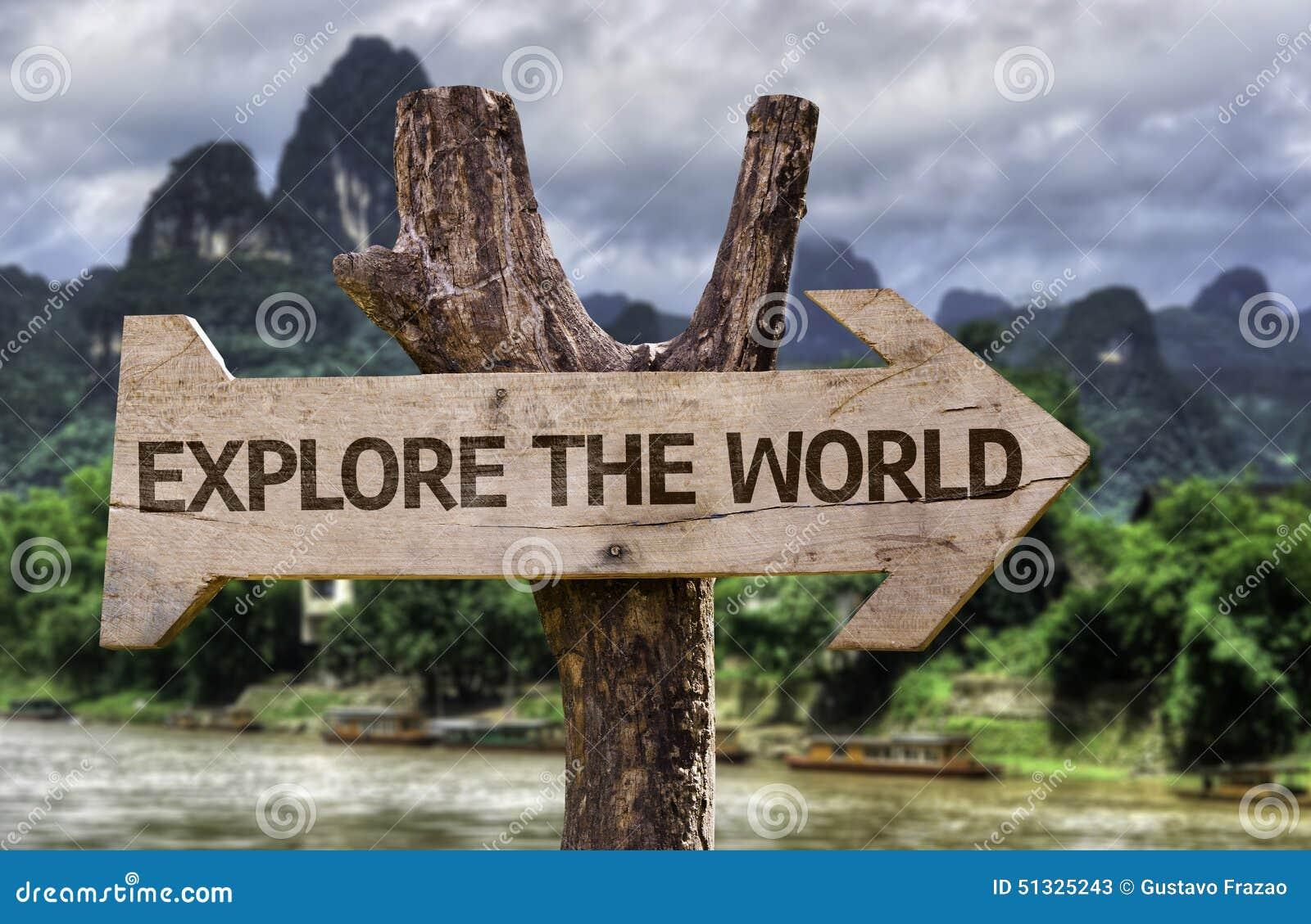Исследуйте знак мира деревянный с предпосылкой леса