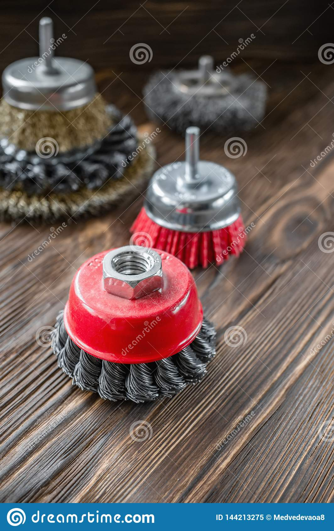 Истирательные инструменты для чистить древесину щеткой и давать ему текстуру Жесткие щетки на обработанной древесине скопируйте к