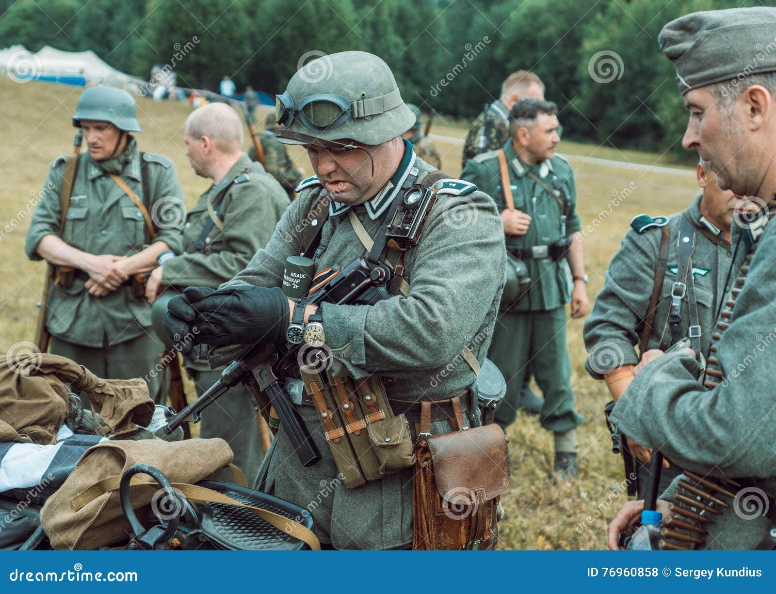 Немецкие солдаты все-таки прошли по городу, но совсем не победным ... | 1013x1300