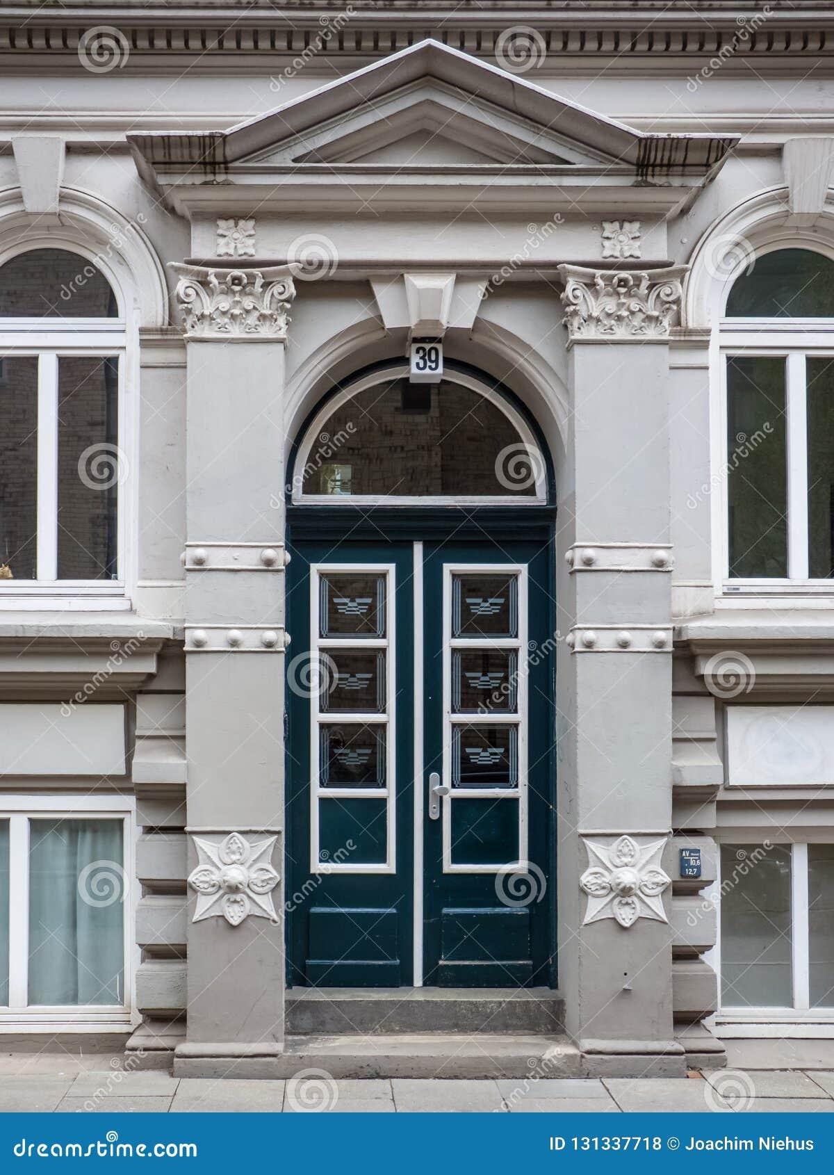 Историческая двойная сдобренная дверь с architrave