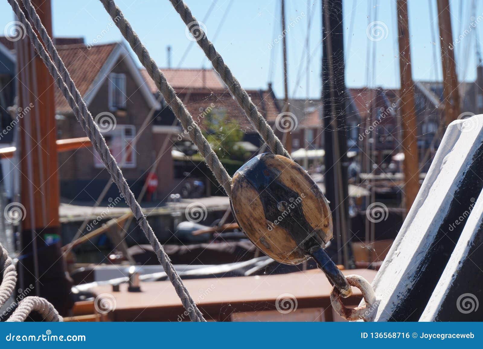 Исторические веревочка и части рыбацкой лодки, с сетью паука