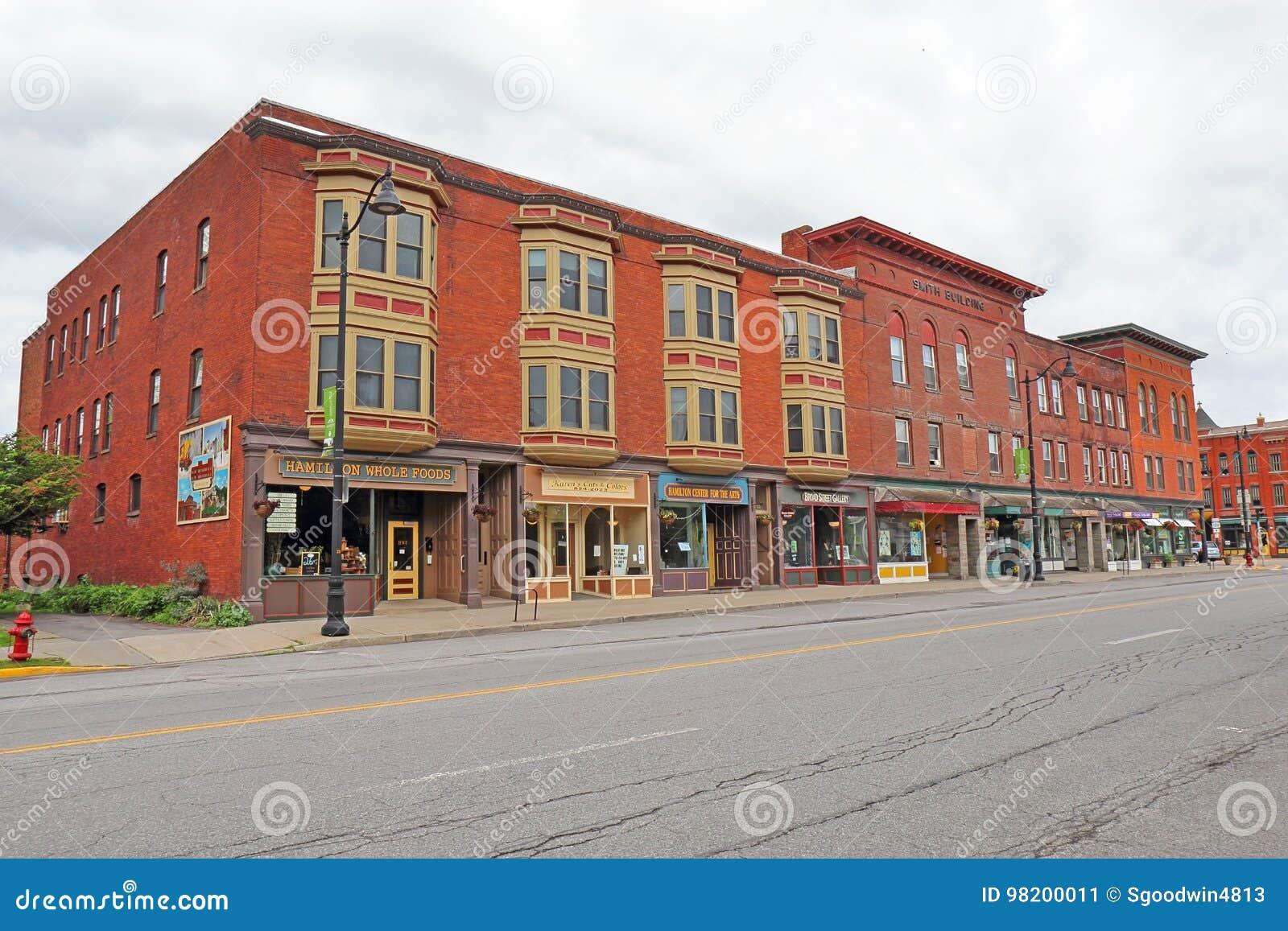 Download Исторические здания вдоль обширной улицы в городском Гамильтоне, новом Редакционное Фото - изображение насчитывающей графство, городск: 98200011