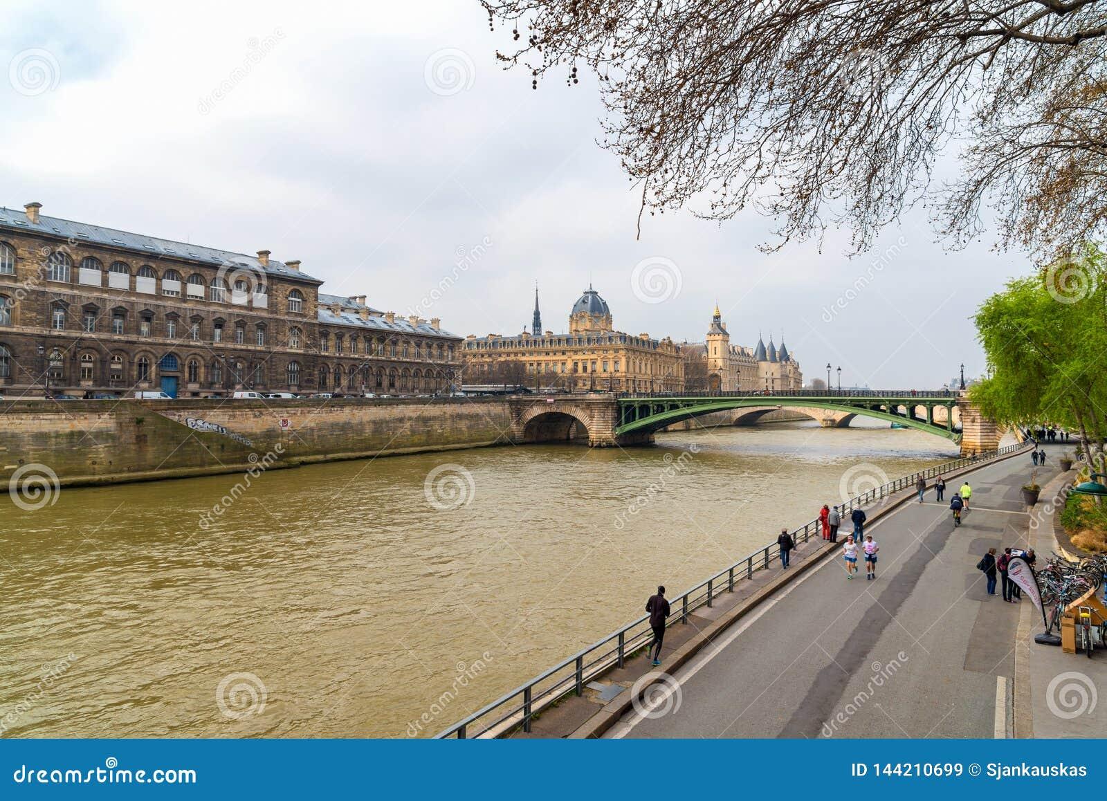 Исторические buidlings вдоль реки Сены в Париже, Франции Трибунал de Коммерция, Conciergerie, мост Pont Нотр-Дам