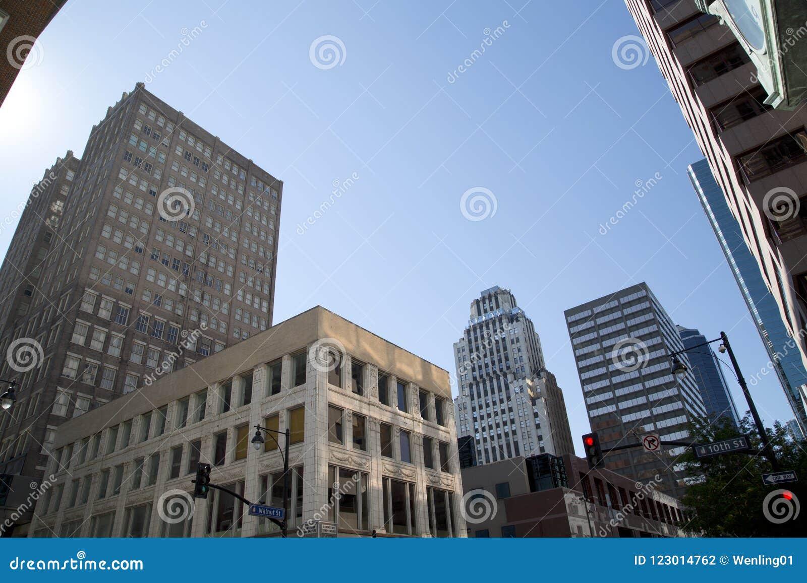 Исторический и современный зданий центр города внутри города Канзаса