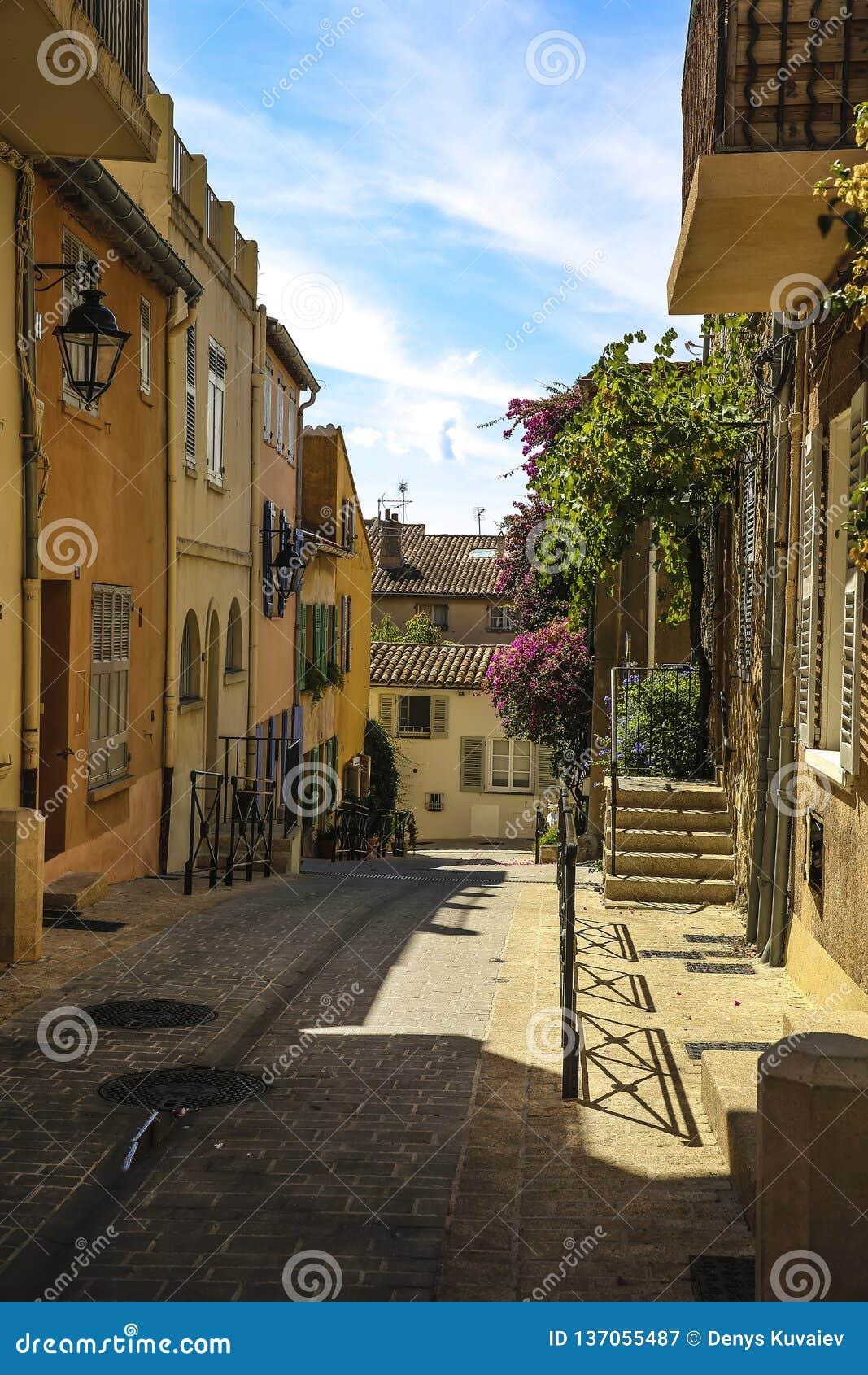 Исторический старый городок St Tropez, популярный курорт на Средиземном море, Провансали, Франции