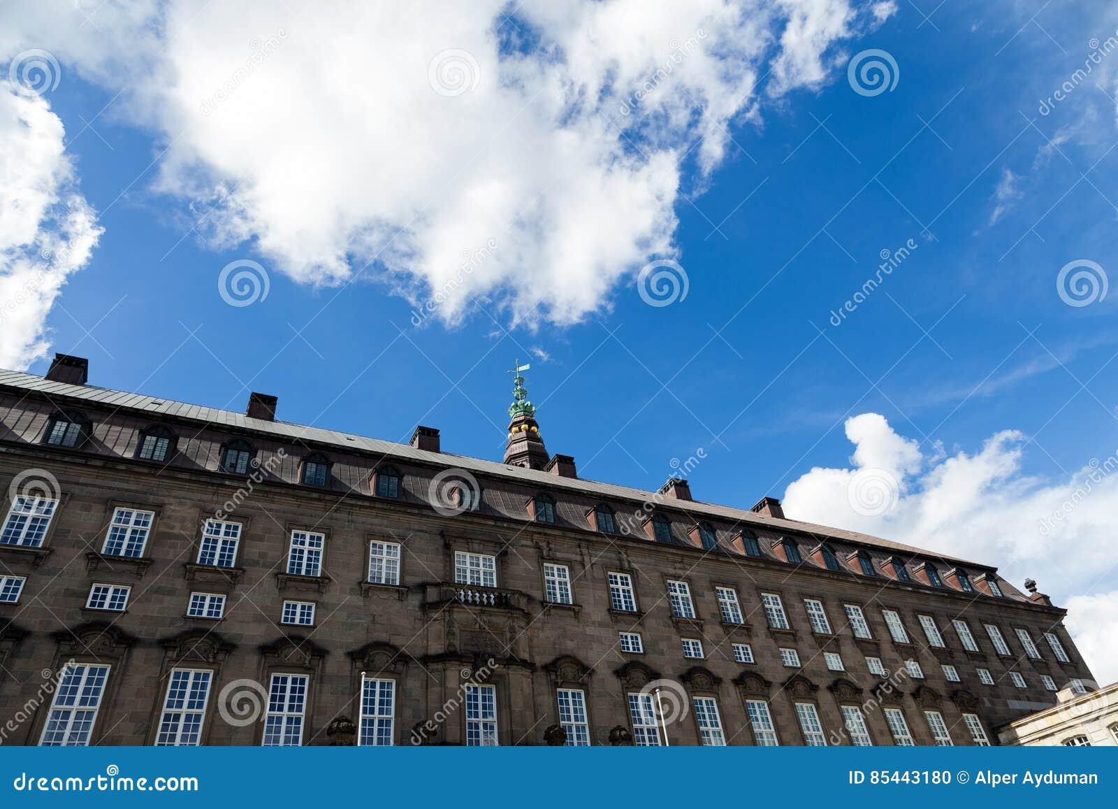 Историческое здание с голубым ярким небом в Копенгагене