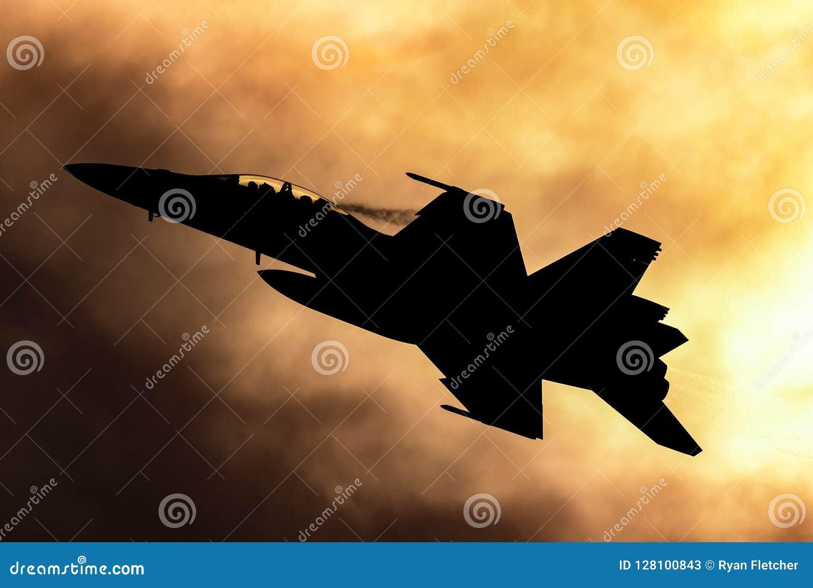 Истребительная авиация супер шершня военновоздушной силы королевского австралийца RAAF Боинга F/A-18F multirole silhouetted проти