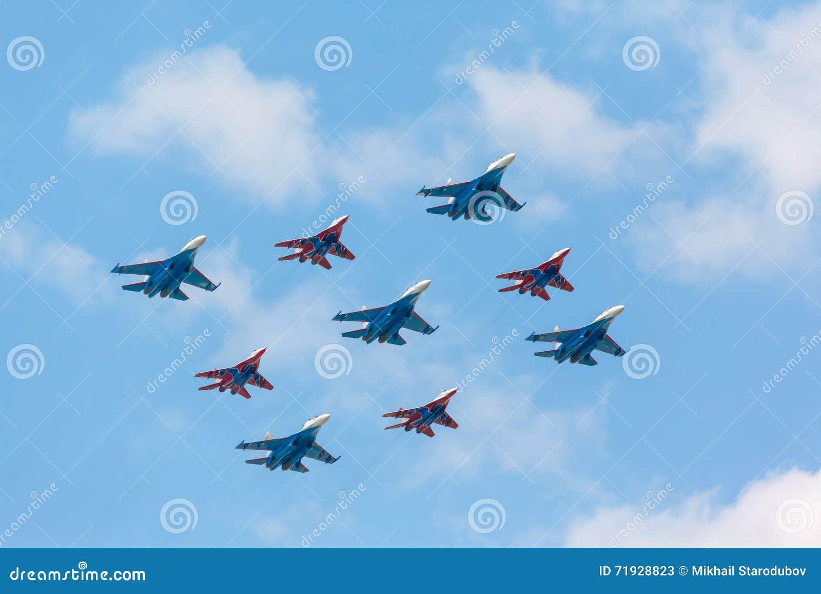 Истребительная авиация Su-27 и Mig-29 пилотируемая членами рыцарей и Swifts русского