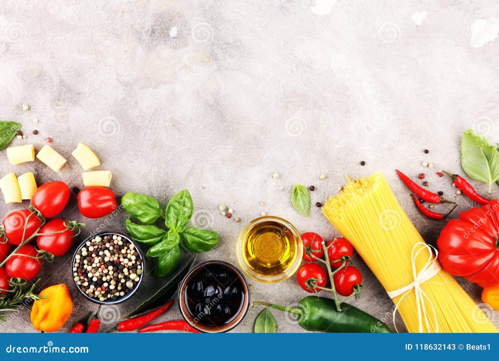 Итальянская предпосылка еды с разными видами макаронных изделий, здоровьем или