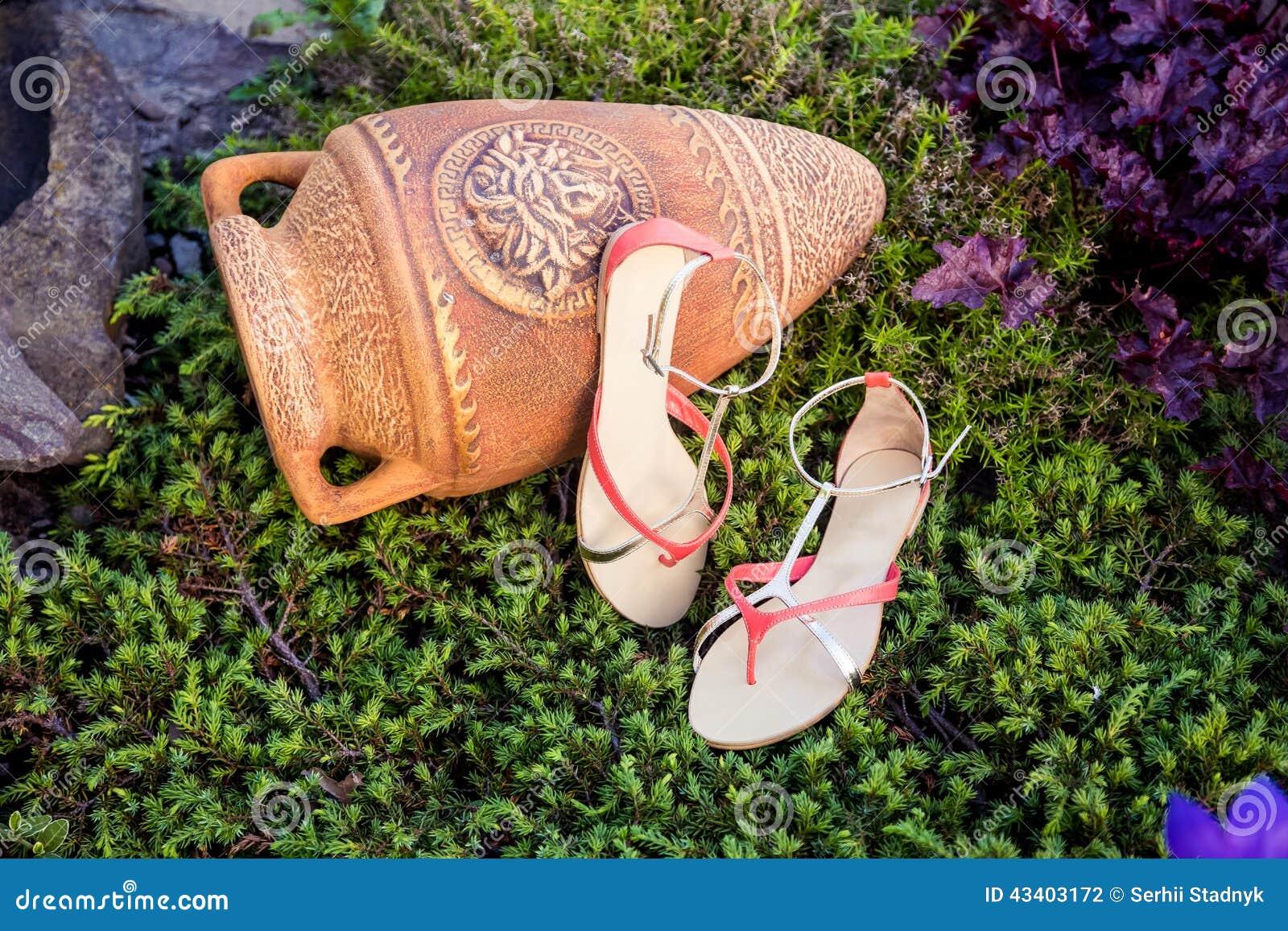 5f11c4099 Итальянские ботинки, стильные сандалии лежат на траве Стоковое Фото ...