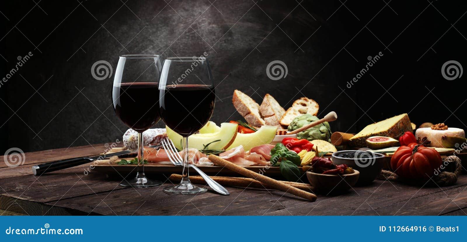 Итальянские установленные закуски вина antipasti Разнообразие сыра, среднеземноморское