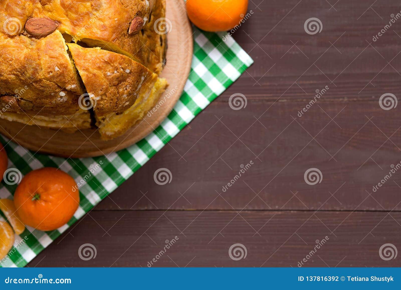 Итальянский традиционный кулич рождества с высушенными плодами и оранжевый пыл на деревянной предпосылке