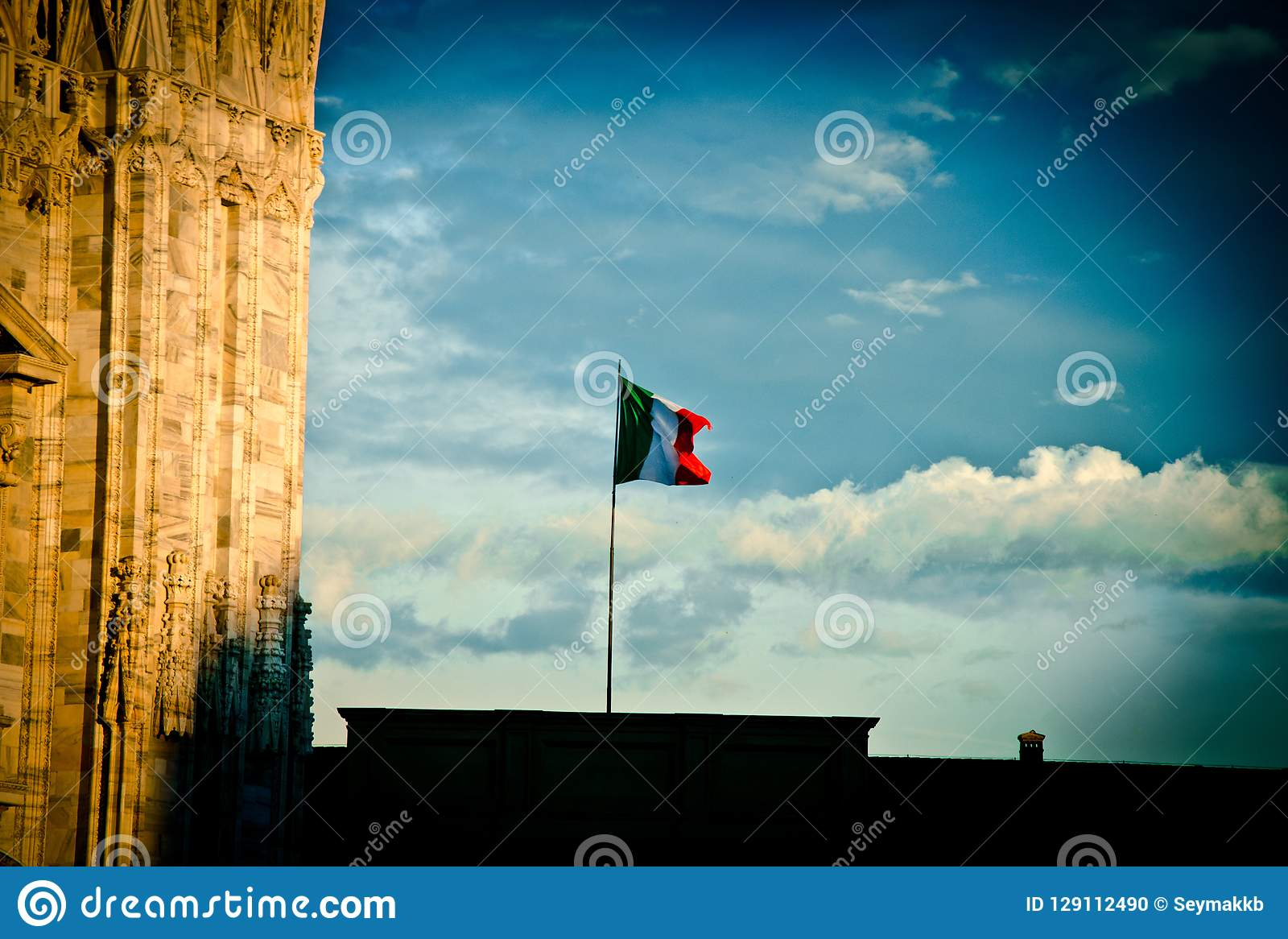 Итальянский флаг в небе милана