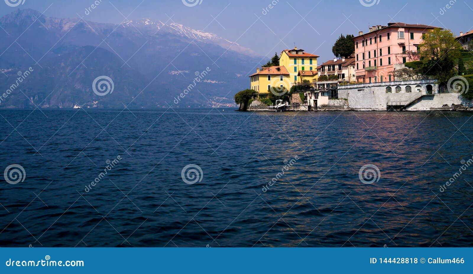 Итальянское поместье на пропасти выступая в озеро Como