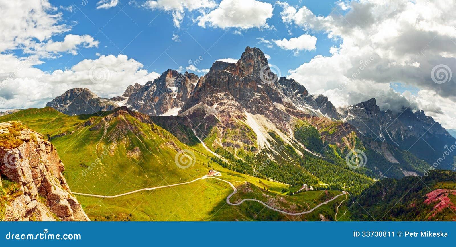 Итальянка Dolomiti - панорамный взгляд высоких гор