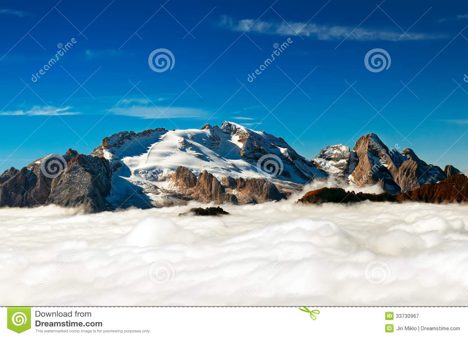 Итальянка Dolomiti - пик Marmolada вытекает от облаков