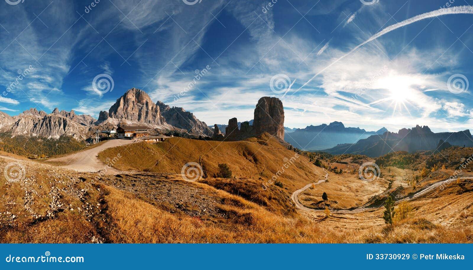 Итальянка Dolomiti - славный pamoramic взгляд
