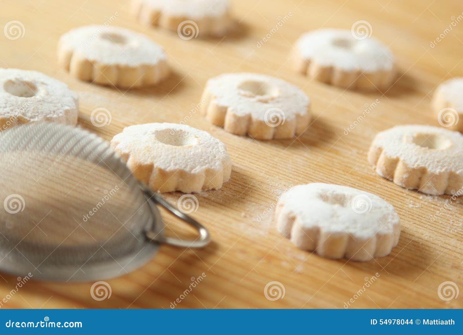 Итальянские печенья canestrelli с стрейнером для сахара замороженности