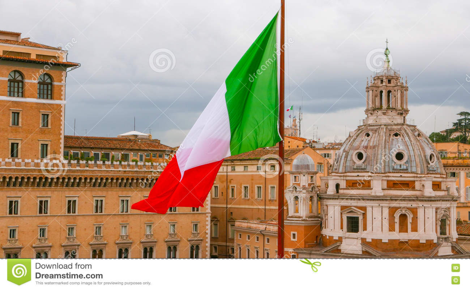 Итальянский флаг в городе Рима