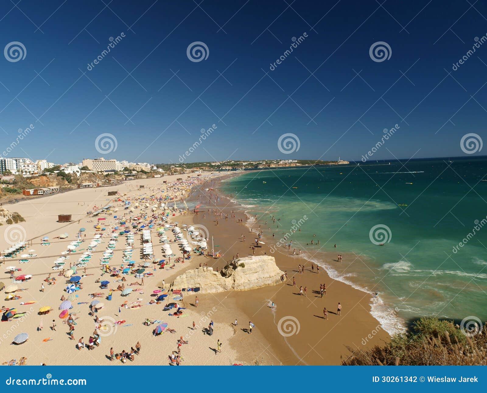 Идилличный пляж Прая de Rocha на области Алгарве.