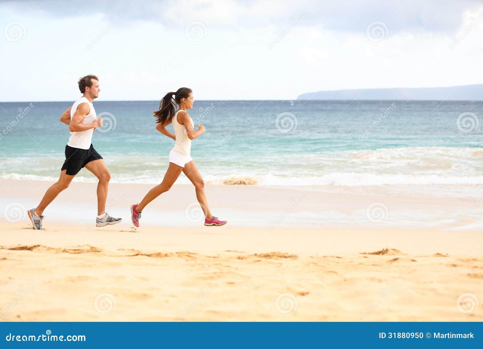 Идущие люди - бегуны спортсмена женщины и человека