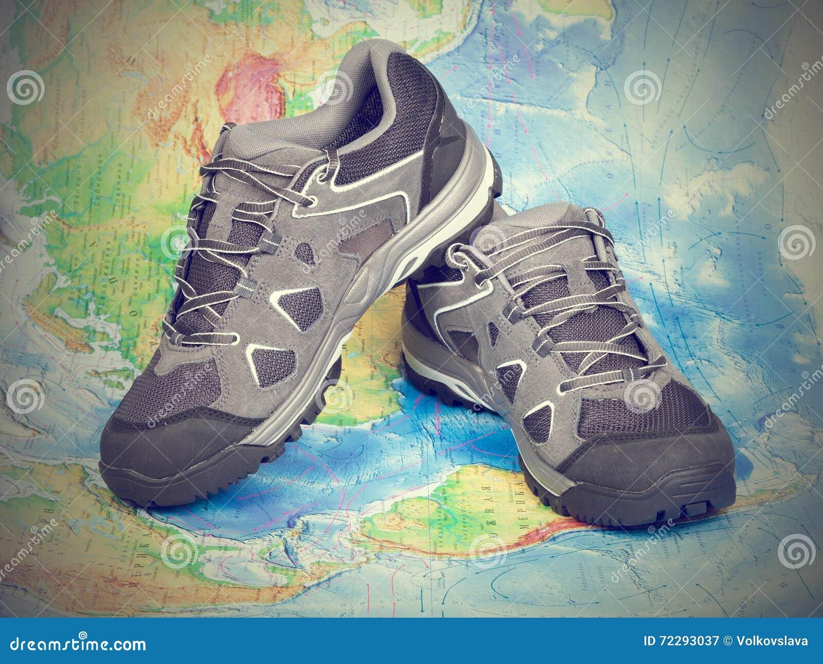 Download Идя Trekking ботинки на карте мира Стоковое Изображение - изображение насчитывающей план, hiking: 72293037