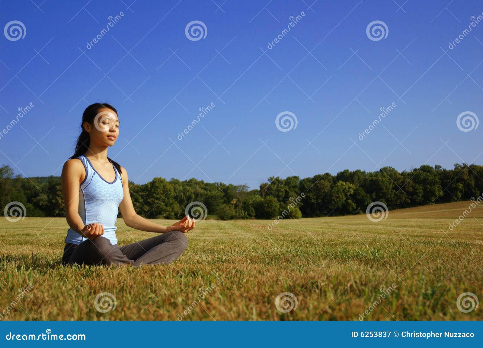 йога девушки поля практикуя