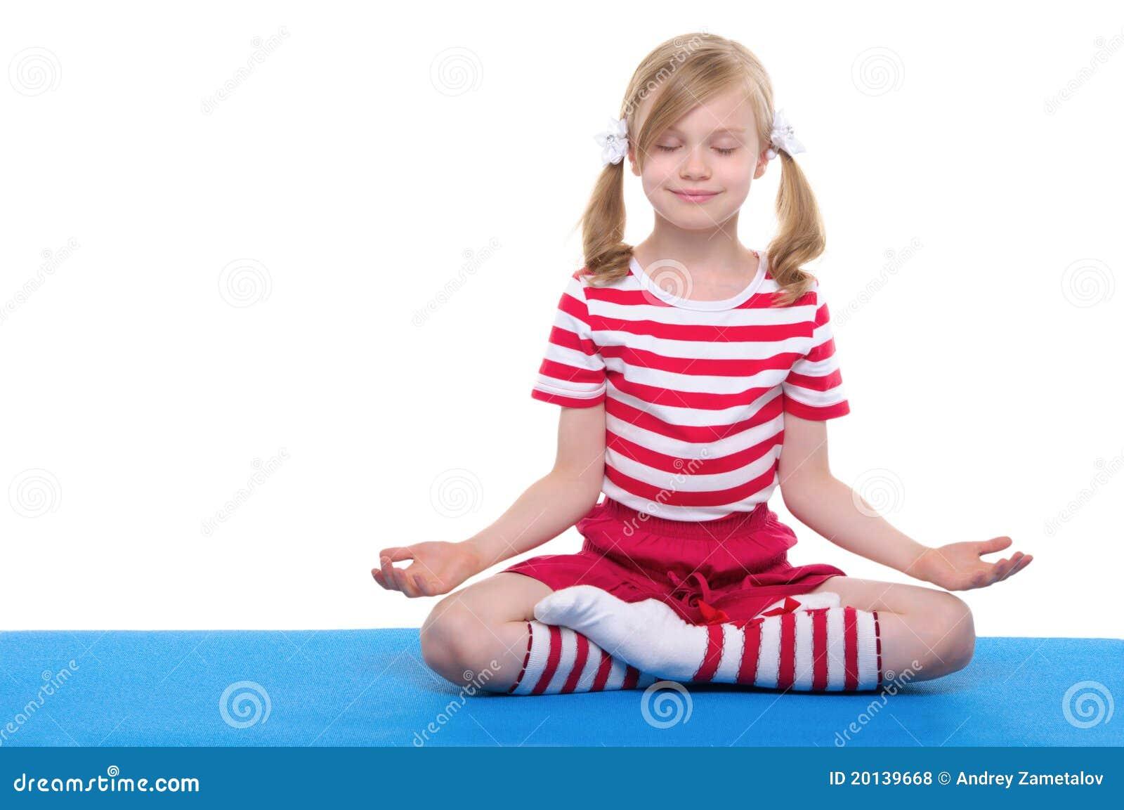 йога закрытой девушки глаз практикуя