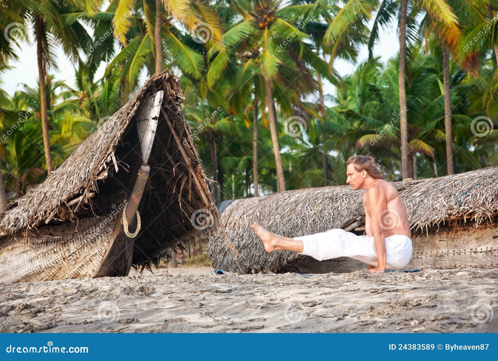 йога представления пляжа angusthasana