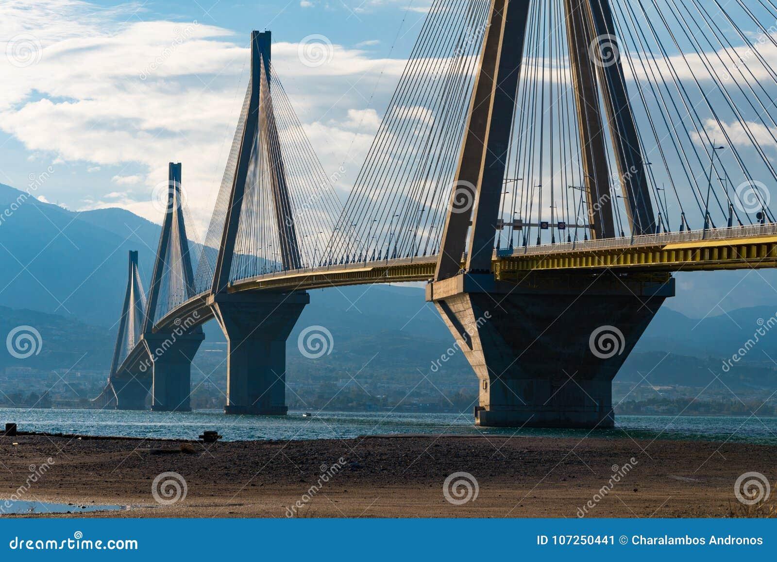 Кабель Рио Antirrio остался мостом Это мост ` s мира наиболее длиной, который кабел-остали