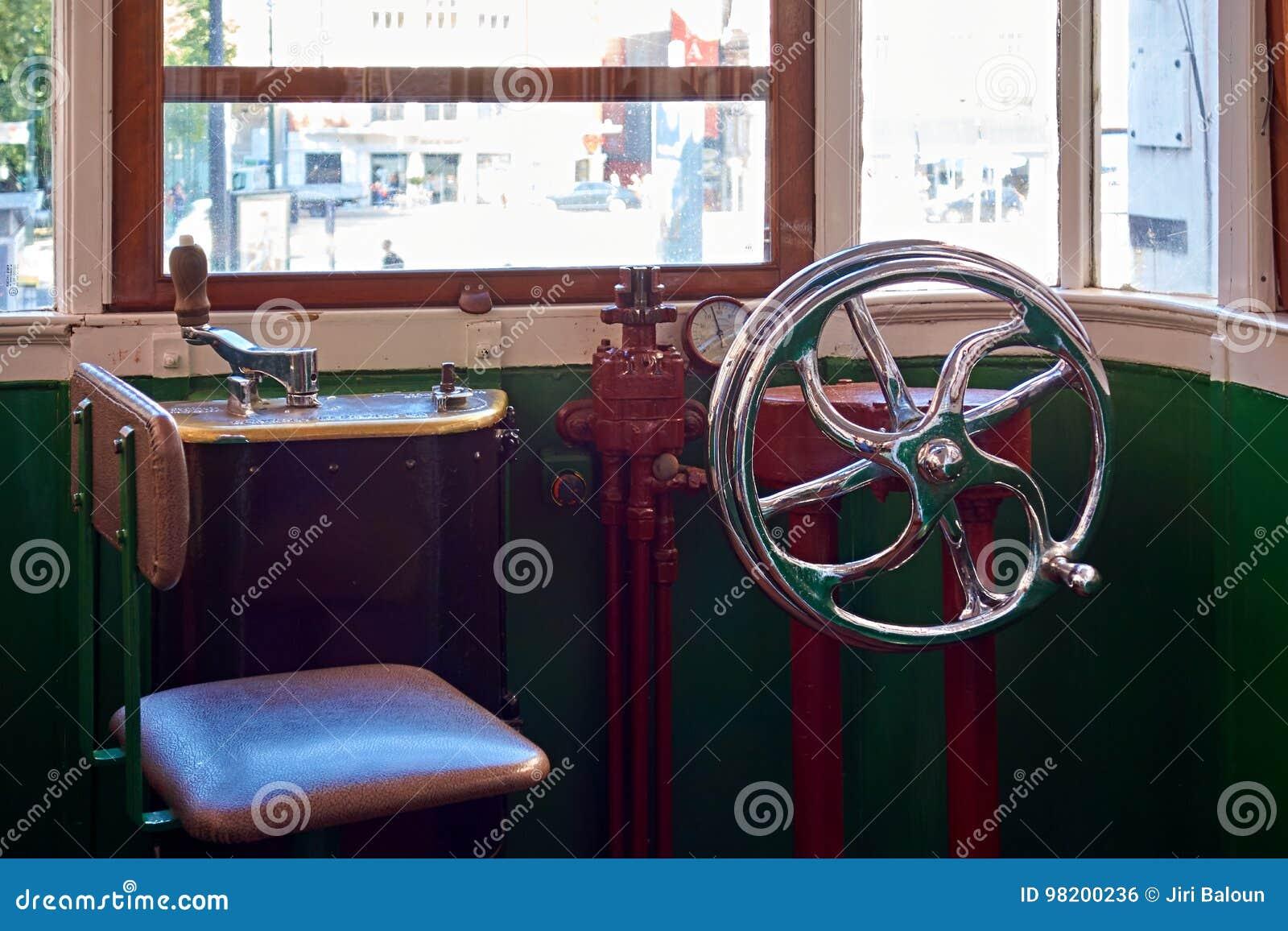 Download Кабина водителя трамвая стоковое фото. изображение насчитывающей стекло - 98200236