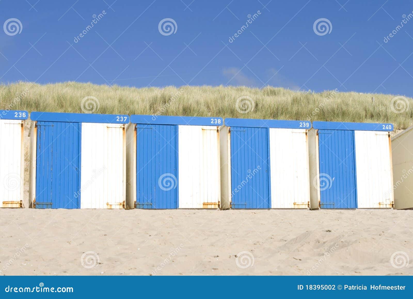 кабины пляжа голубые белые
