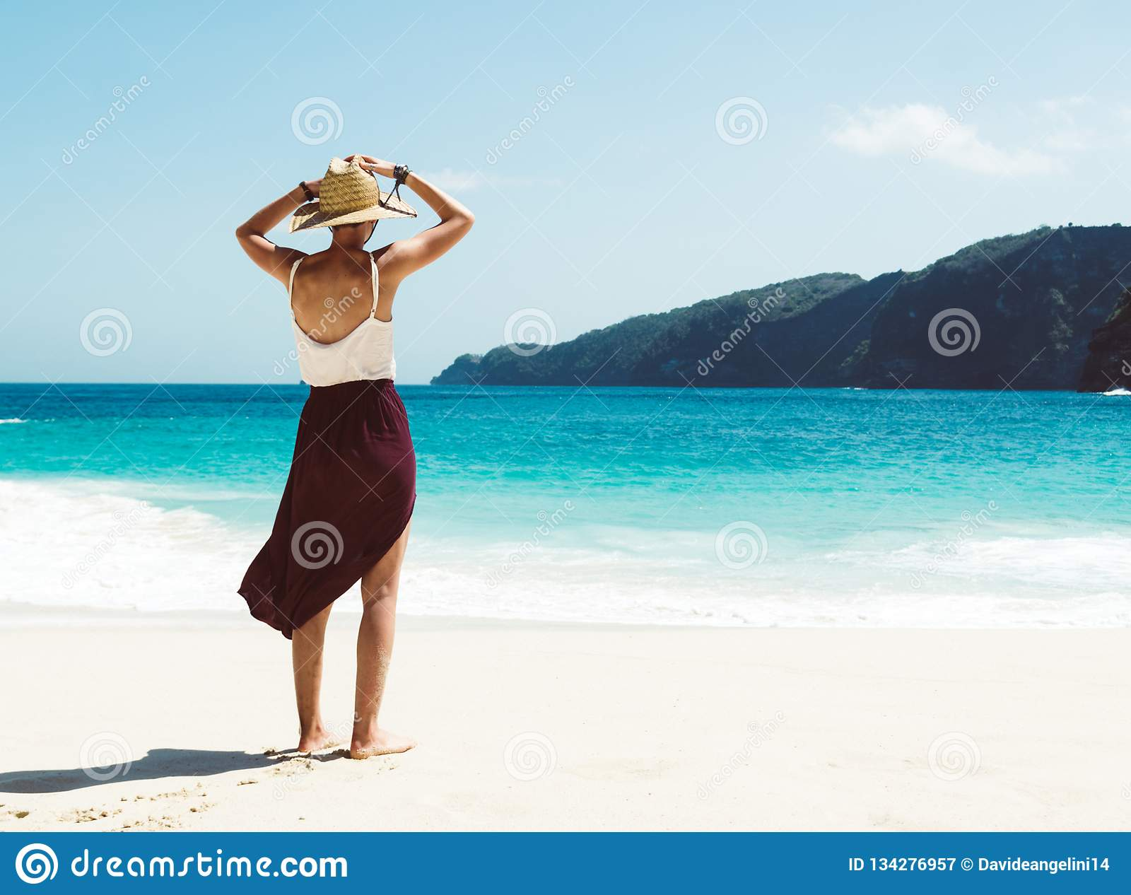 Кавказская женщина на пляже наслаждаясь природой на тропическом курорте