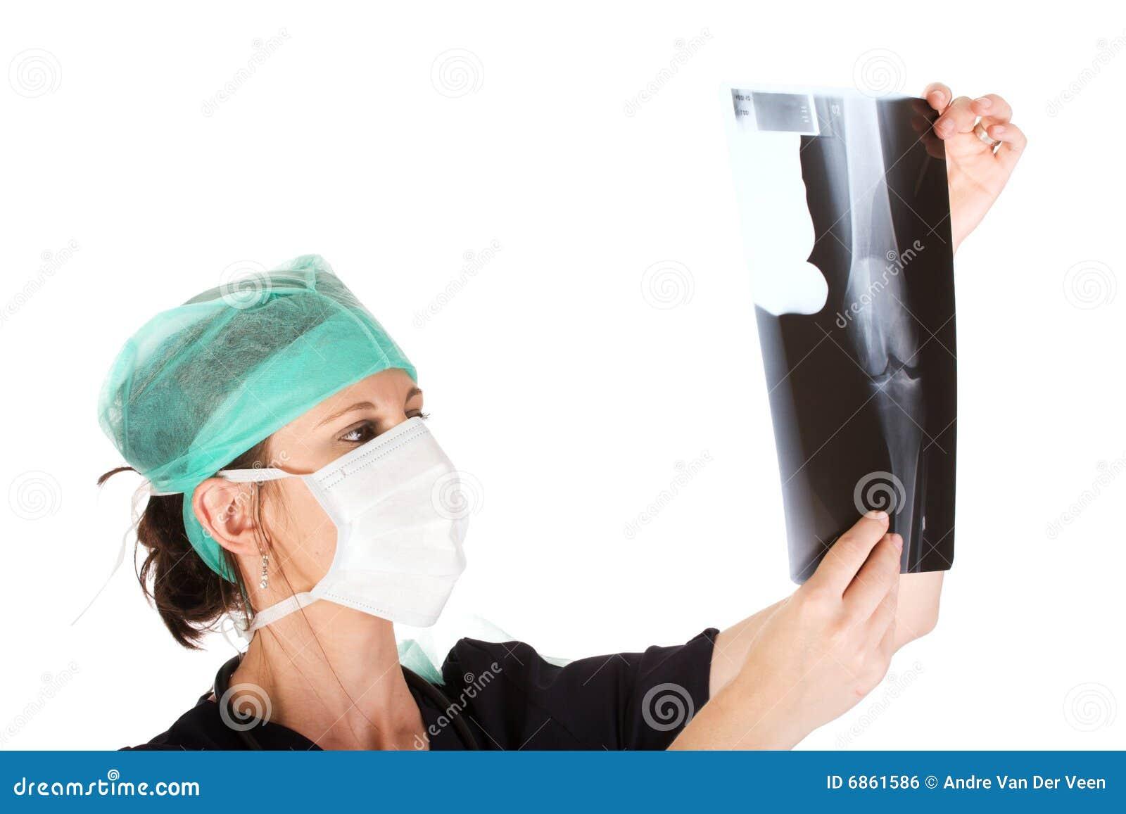 кавказский доктор рассматривая женских детенышей луча x