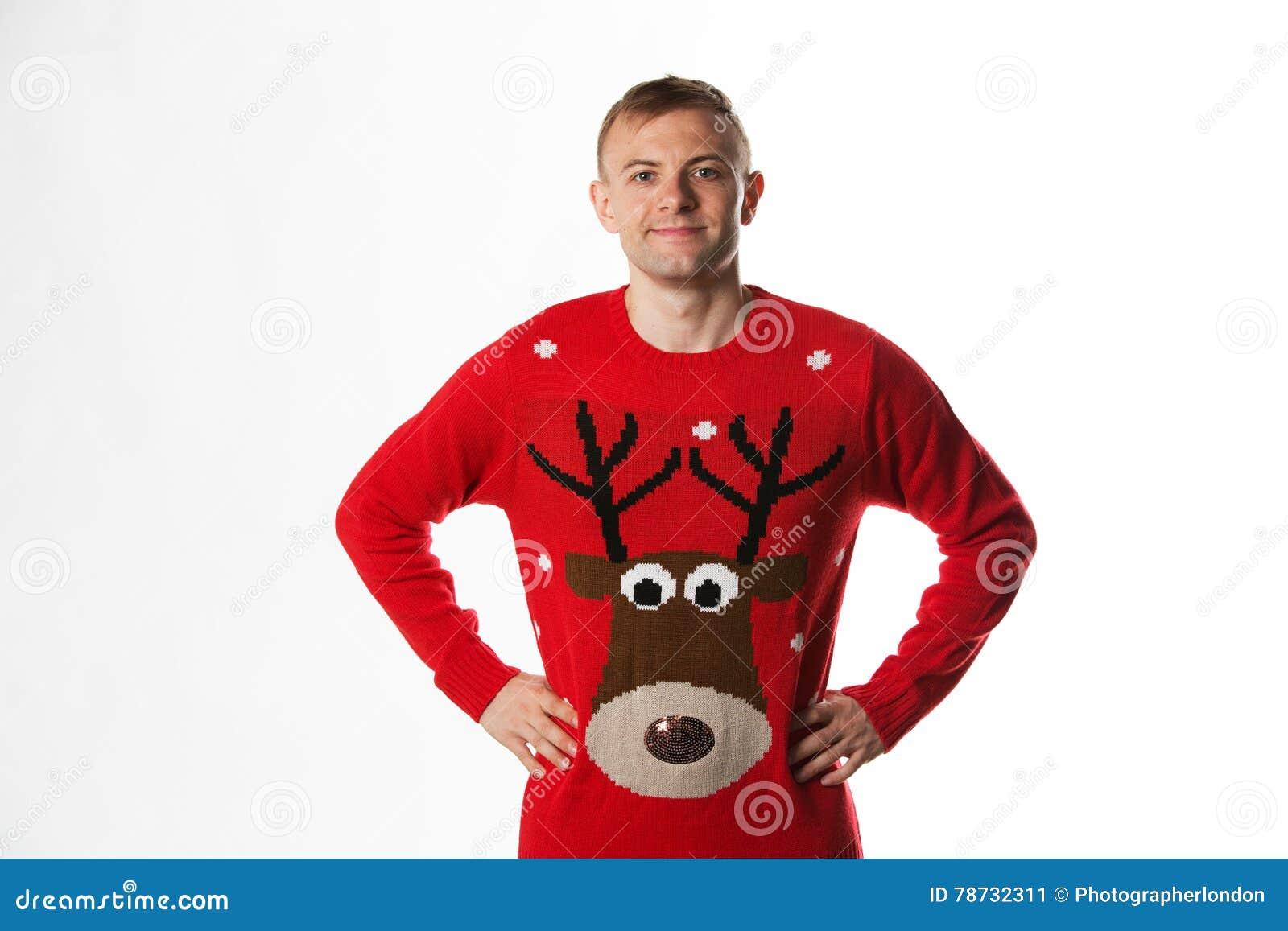 Кавказский человек с рукой на бедрах пока носящ шлямбур рождества