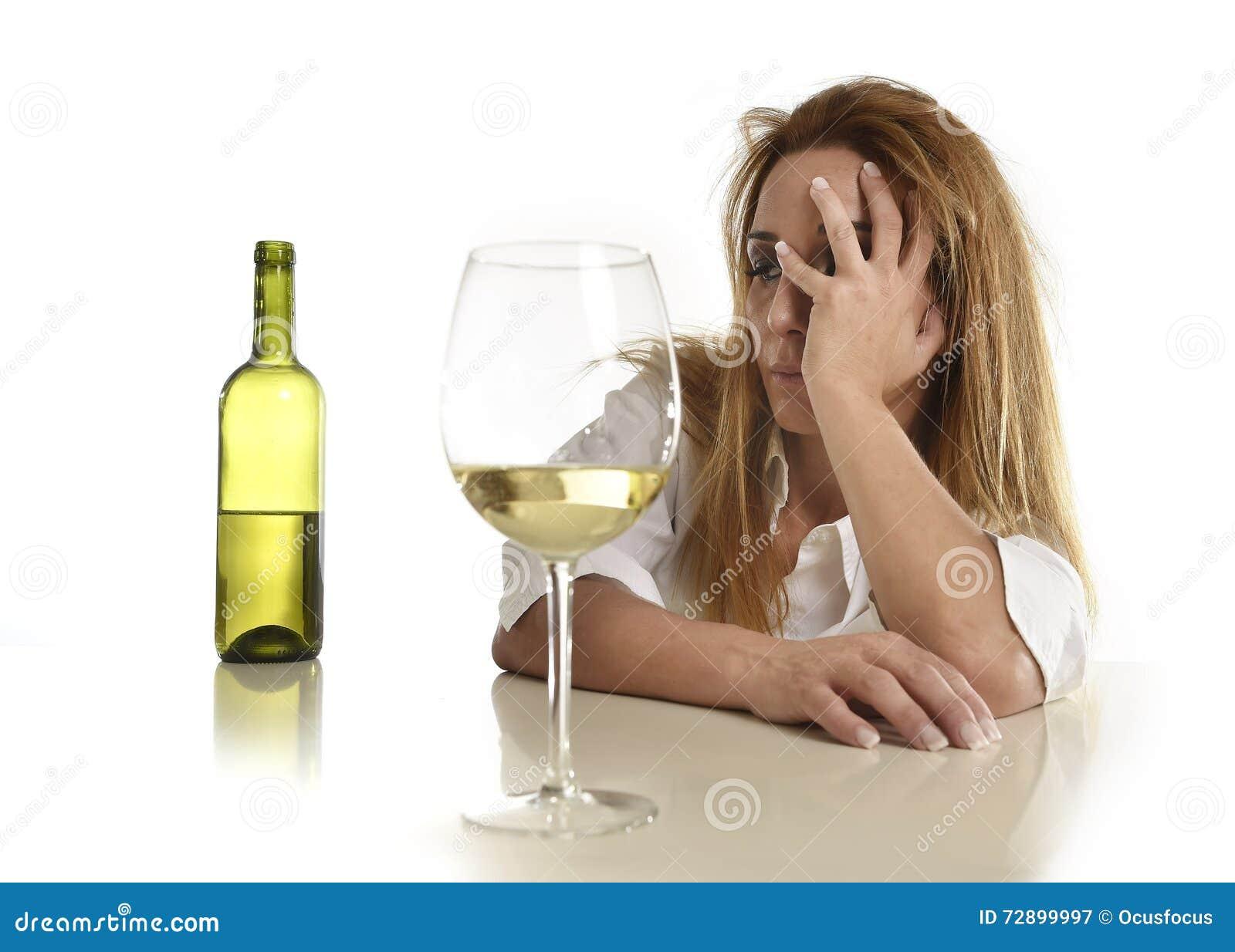 Кавказское белокурое расточительствованное и отжатое похмелье белого бокала спиртной женщины выпивая пьяное